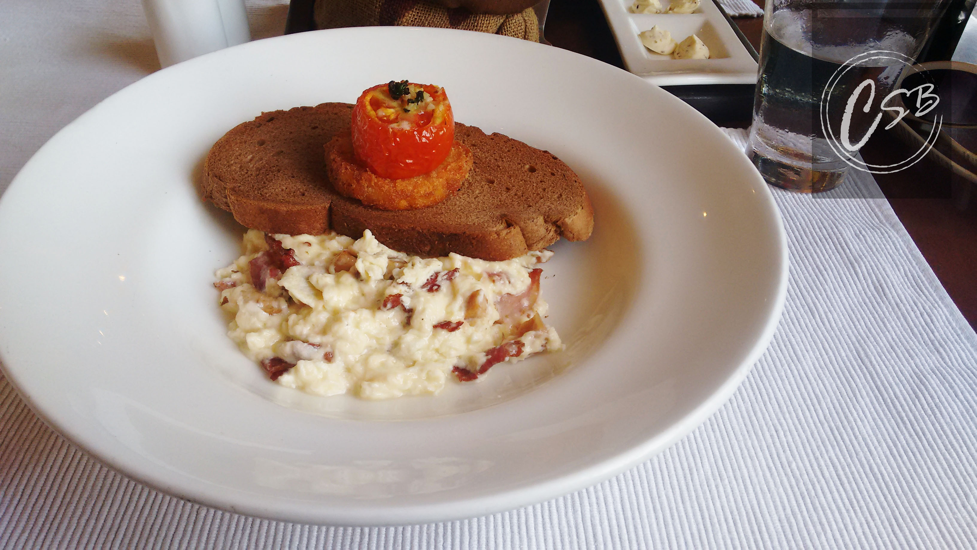 Terracotta scrambled eggs with sausage and bacon (2)